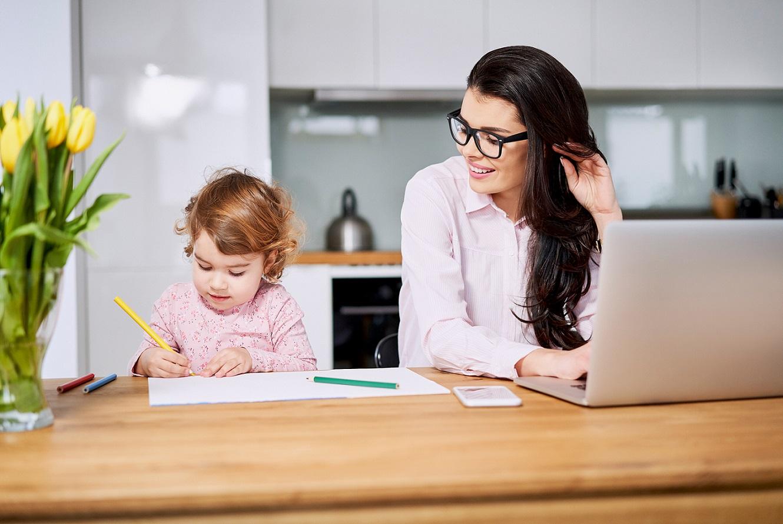 Thuiswerkende moeder met kind